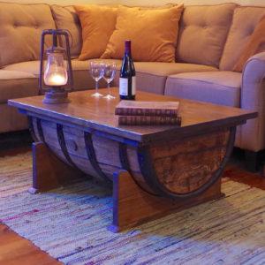 Konferenční stolek ze sudu na whiskey